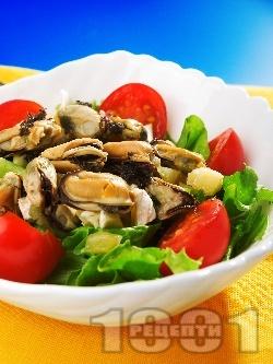 Салата с марули, чери домати, миди и сирене бри - снимка на рецептата